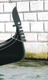 Смычок гондолы на канале в Венеции Стоковые Фотографии RF