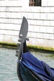 Смычок гондолы на канале в Венеции Стоковое Фото