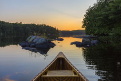 Смычок каное кедра на заходе солнца - Haliburton, Онтарио, Канаде стоковые изображения rf