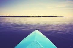 Смычок каяка на неподвижном озере Стоковые Изображения RF