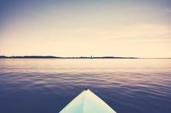 Смычок каяка на неподвижном озере Стоковые Изображения