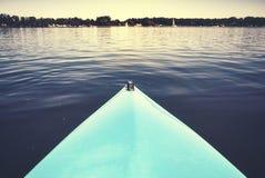 Смычок каяка на неподвижном озере Стоковые Фото