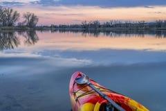 Смычок каяка whitewater на озере Стоковое Изображение