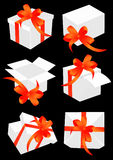 смычок кладет присутствующий красный цвет в коробку Стоковые Изображения