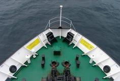 Смычок корабля в открытом море, предпосылка Стоковые Изображения RF