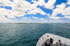 Смычок корабля через воду Aqua стоковые изображения rf