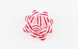 Смычок красного цвета и белых striped праздника стоковая фотография