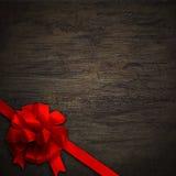 Смычок на черной текстуре древесины стены Стоковые Изображения