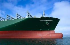 Смычок огромного CGM Миссиссипи контейнеровоза CMA на поставленный на якорь в дорогах Залив Nakhodka Восточное море (Японии) 17 0 Стоковые Фото