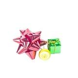 Смычок подарка и шарик рождества на белой предпосылке Стоковое фото RF