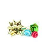 Смычок подарка и шарик рождества на белой предпосылке Стоковое Изображение RF