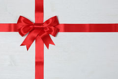 Смычок подарка для подарков на деревянной предпосылке Стоковое Изображение RF
