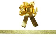 Смычок рождества золота изолированный на белой предпосылке стоковые фото