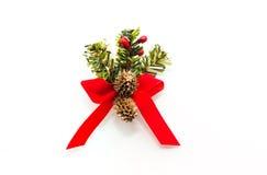 Смычок рождества декоративный красный с конусами сосен рождества Стоковое Фото