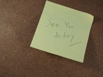 См. вас сегодня, пишущ на желтой бумаге стикера, объявил коричневую предпосылку доски стоковые изображения rf