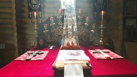 См. в алтаре правоверной деревянной церков в Киеве с дымом акции видеоматериалы