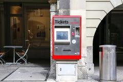 Снабдите машину билетами на стене здания Стоковая Фотография RF