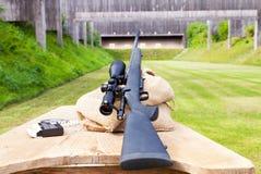 Снайперская винтовка на ряде оружия Стоковое фото RF