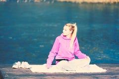 Снаружи девушки расслабляющее в парке Стоковое Фото