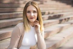 Снаружи женщины расслабляющее ждать на лестнице Стоковые Изображения RF