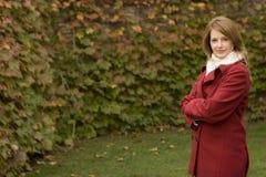 Снаружи зрелой женщины стоящее нося красное пальто Стоковое Фото