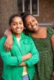 Снаружи и усмехаться молодого Афро-американского девочка-подростка стоящее Стоковые Фото