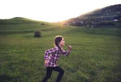 Снаружи малой девушки идущее в природе на заходе солнца Стоковые Изображения RF
