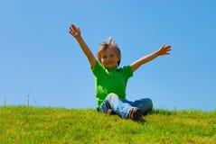 снаружи мальчика счастливое Стоковая Фотография RF
