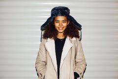 Снаружи молодой милой Афро-американской девушки подростковое на улице, выглядеть как реальный junky, social выдает концепцию, кра Стоковые Фото