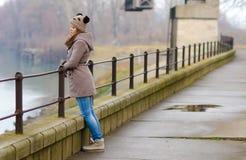Снаружи унылого девочка-подростка стоящее на холодный зимний день Стоковая Фотография RF