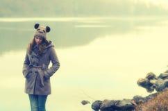 Снаружи унылого девочка-подростка стоящее Стоковое Фото