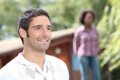 Снаружи человека стоящее стоковое изображение