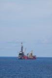 Снаряжение для нефти и газ продукции в оффшорном, оснащает платформа работая на платформе для нефти и газ сверлить и находки стоковые изображения rf