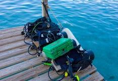 Снаряжение для подводного плавания на деревянной моле в тропиках Стоковое фото RF