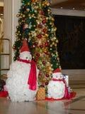 Снеговики и рождественская елка Стоковые Изображения