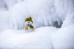 Снеговик ассистент ` s Санты стоит в зеленой шляпе Стоковая Фотография RF
