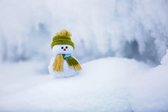 Снеговик ассистент ` s Санты стоит в зеленой шляпе Стоковое Изображение