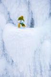 Снеговик ассистент ` s Санты стоит в зеленой шляпе Стоковые Изображения RF