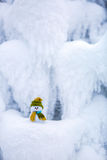 Снеговик ассистент ` s Санты стоит в зеленой шляпе Стоковые Фотографии RF