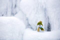 Снеговик ассистент ` s Санты стоит в зеленой шляпе Стоковое Фото