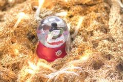 Снеговик в снежном коме с светами на золотом rune Стоковое Изображение RF
