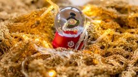 Снеговик в снежном коме с светами на золотом rune Стоковая Фотография RF
