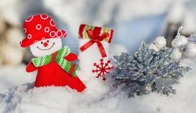 Снеговик девушки рождественской открытки, серебристая снежинка и носок Санта Клаус, Стоковое Изображение RF