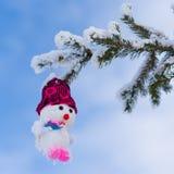 Снеговик игрушки на ветвях ели Стоковое Изображение RF