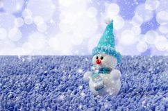 Снеговик игрушки со шляпой и шарфом Падая снег стоковое фото rf