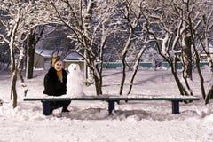 Снеговик и женщина на парке ночи Стоковые Изображения