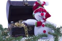 Снеговик и комод treassure на белизне Стоковое Фото