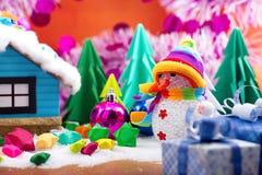 Снеговик и малая бумага звезды на поле снега Стоковые Фото