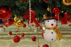Снеговик и шарик цвета, украшения рождества орнаментов Стоковое Изображение RF