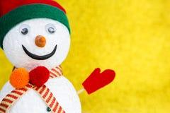 Снеговик крупного плана над запачканной предпосылкой золота стоковые фото